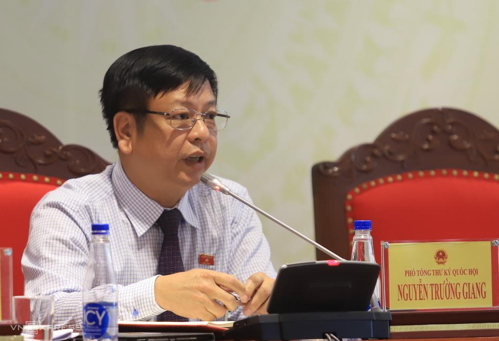 Ông Nguyễn Trường Giang - Phó chủ nhiệm Uỷ ban Pháp luật trả lời tại họp báo chiều 18/5. Ảnh: Trần Vũ